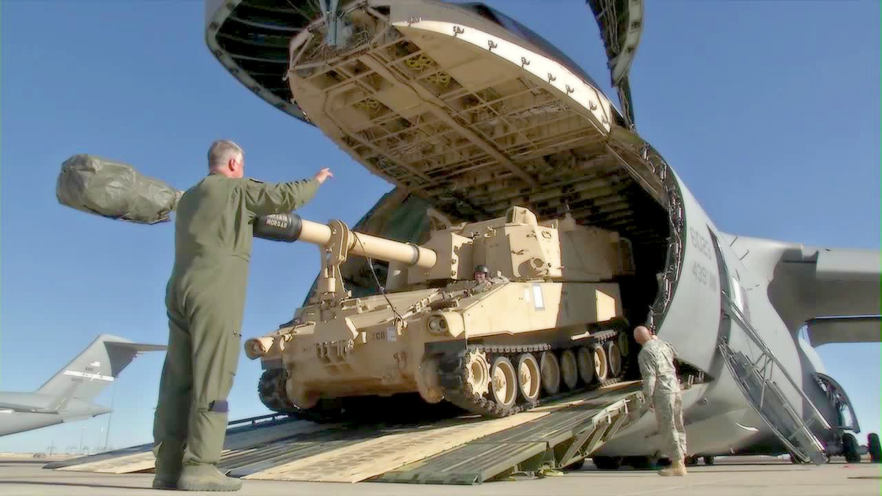 huge us transport aircraft c 5 galaxy swallowing m109a6 howitzer