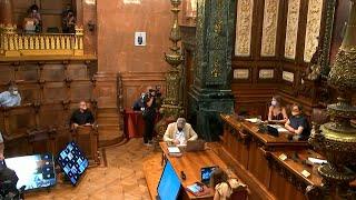 Colau pone la foto del Rey en el Ayuntamiento y aparece con una mascarilla de la República