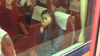 佳子さま、必死な皇室ファンのお見送りに吹き出す 奈良,神武天皇陵参拝後の電車移動 2015.3 佳子内親王 動画 5