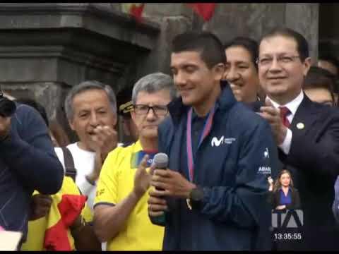 Richard Carapaz entregó la 'maglia rosa' al presidente Lenín Moreno -Teleamazonas