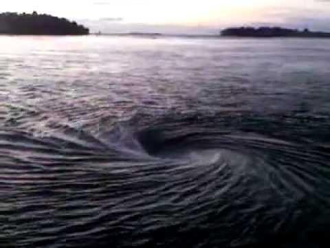 Nước xoáy khổng lồ trên sông
