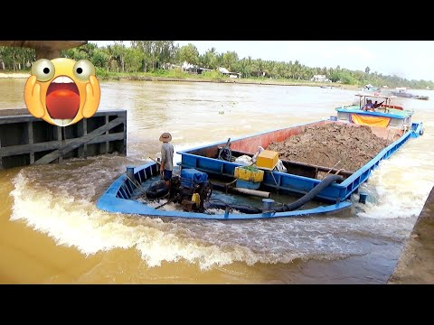 Xà lan quá tải 3 lần vượt dòng nước xiết nguy hiểm.
