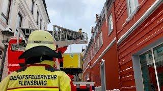 Feuerwehr schlägt Eiszapfen in Flensburg nach Schneechaos in SH