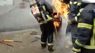 Firefighters in Beijing take risks removing burning gas cylinder
