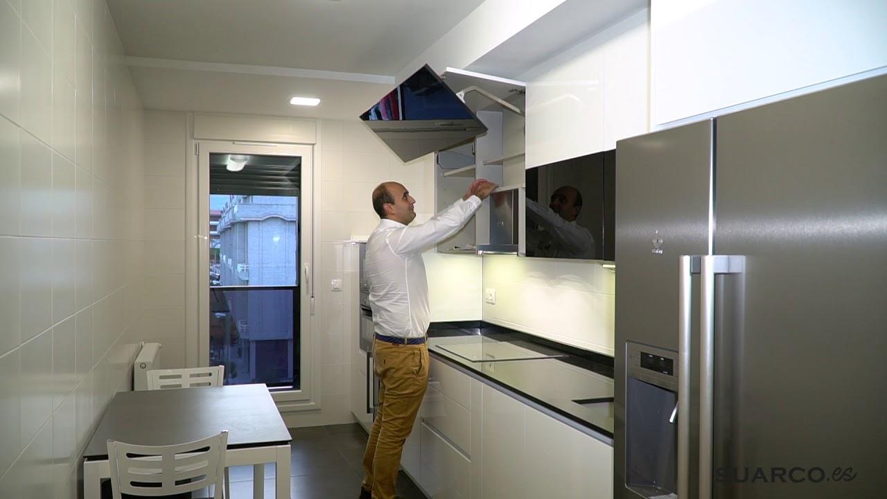 Cocina moderna blanca y negra frigo americano Cocina blanca encimera granito negra