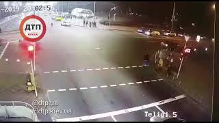 18+  Момент #дтп #Киев на Дорогожичах, где водитель маршрутки, проехав на красный свет, сбил и тяжел