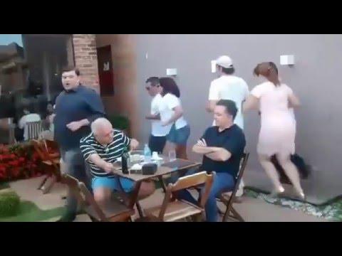 Cidadãos dançam quadrilha em volta de deputado do PT