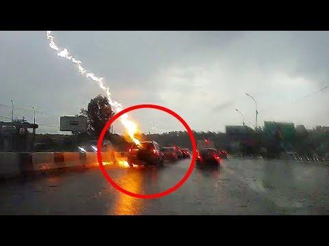 Молния ударила в машину во время движения