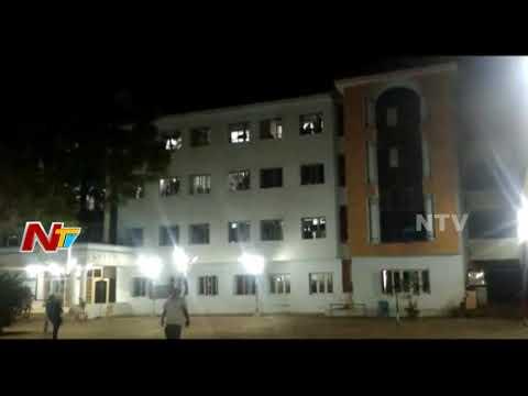 కాలేజ్ హాస్టల్ లో ఫ్యాన్ కి ఉరివేసుకున్న విద్యార్థి || Krishna District || NTV