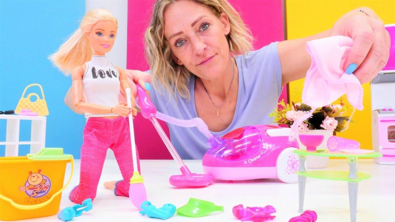 Barbie oyunları.  Barbie evinde temizlik yapıyor. Eğlenceli kız videoları