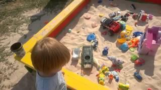 Happy Lida 1 год 11 месяцев играет в песочнице в игрушки