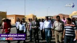 محافظ أسوان يتفقد منفذ قسطل البرى ويستمع لمطالب العاملين ..صور وفيديو