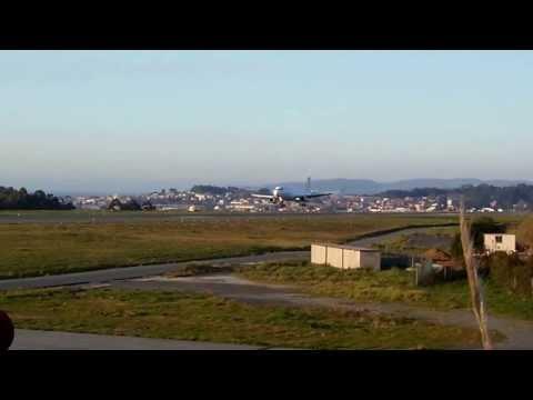 Airbus A320 CEO de Vueling aterrizando en Alvedro La Coruña LCG.