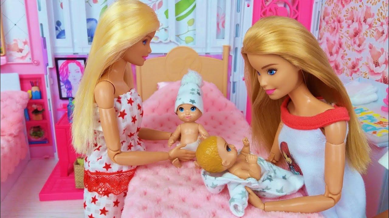 Tres muñecas Barbie Tres bebés Mañana Dormitorio Rutina de Baño.@Barbie