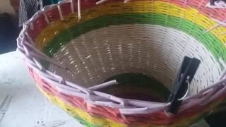 Плетение из газетных трубочек.  Как завершить плетение корзины и как начать плести крышку  для нее
