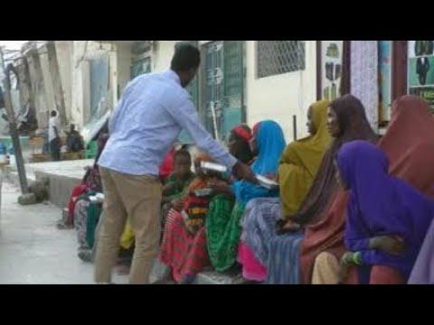 صومالي يطعم المشردين في مقديشو خلال شهر رمضان - اليوم  - 14:23-2018 / 6 / 14
