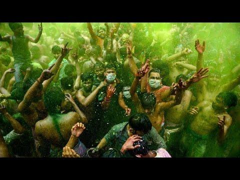 Koronavirüse aldırmayanlar rengarenk Holi Festivali'nde doyasıya eğlendi