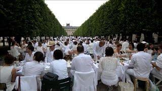 Les dîneurs en blanc dans les jardins du Palais Royal