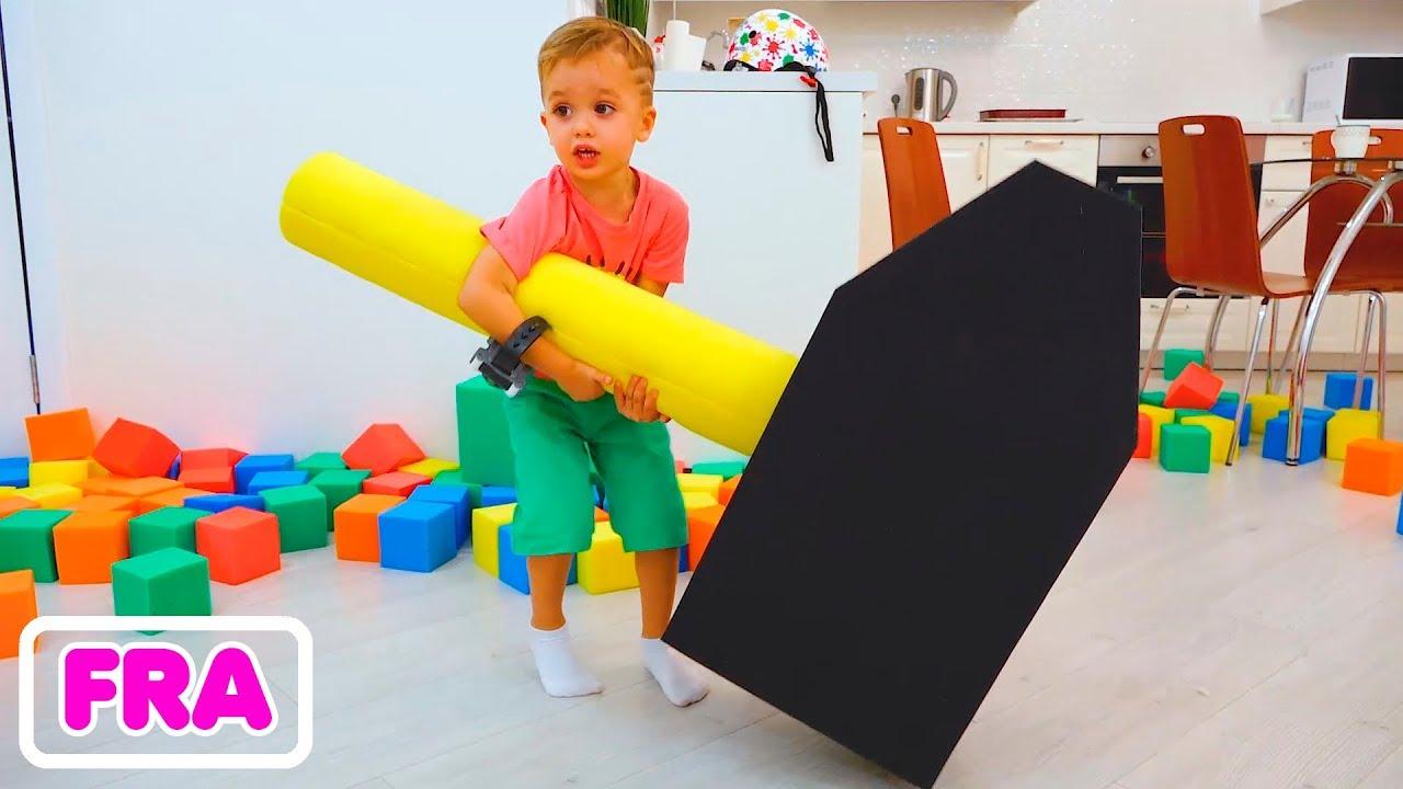 Download Nikita, Vlad et maman jouent avec des cubes colorés