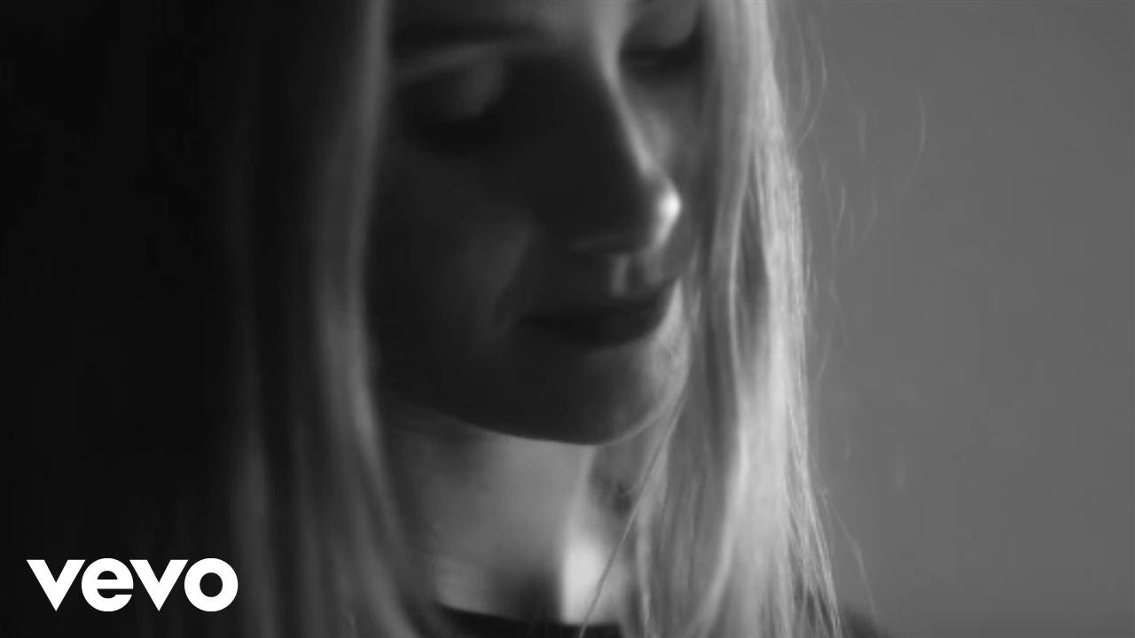 Vera Blue – Hold (Official Video)