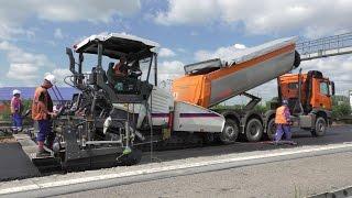 Vögele Super 2100-3i paver and trucks