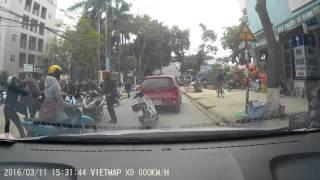 Thanh niên đi xe máy hổ báo đâm đít ôtô khiêu khích và cái kết vêu mồm