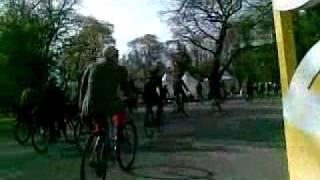 2. tvīda brauciens Rīgā. Retro velosipēdi. 07.05.2011 3.video(2. tvīda brauciens Rīgā. Retro velosipēdi. 07.05.2011. 3. video 7. maijā, noslēdzot Rīgas Velonedēļu, Ērenpreisa velosipēdu darbnīca un Veclaiku divriteņu ..., 2011-05-07T19:48:17.000Z)