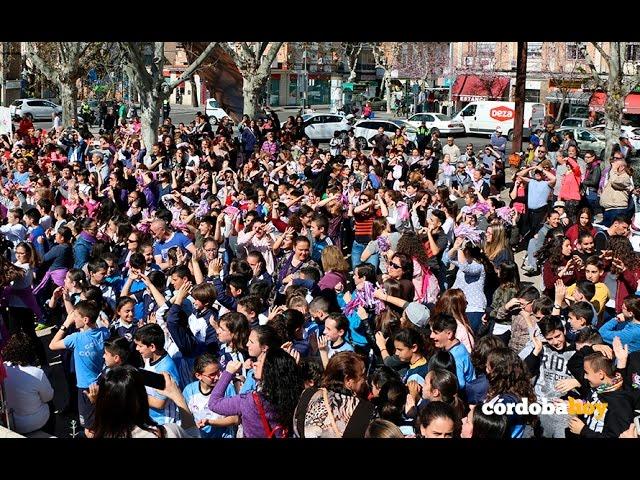 Cientos de niños protagonizan un flashmob en el Día de la Mujer