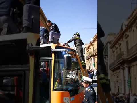 Panico in via Cavour, un migrante urla e blocca un autobus