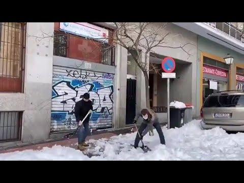 ¿Solidaridad o postureo? Casado retira nieve con una pala en Madrid