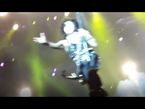 Paul Stanley, de Kiss, sobrevoa ao público do Resurrection