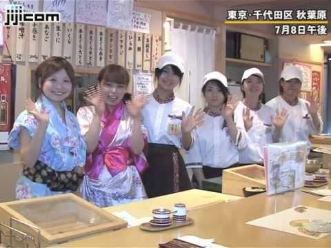 コスチュームも楽しめる、若い女性が握るすし店=なでしこ寿司