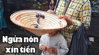 Kinh ngạc tài lẻ Em gái mù xin tiền nuôi con ở chợ Nhật Tảo
