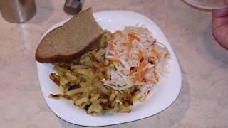 Жареный картофель с салом и квашеной капустой