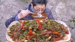 九九拿出珍藏的酸豆角,放上鸡胗一起炒,简直是绝配,太下饭了!【湘西九九美食】