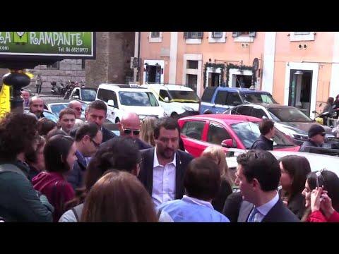 Salvini alla Lumsa, donna contesta Salvini: trascinata via dalle forze dell'ordine