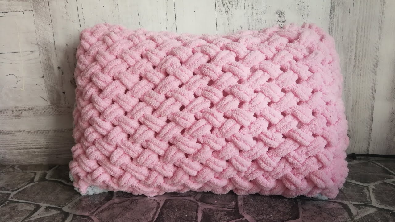 вязание без спиц подушка из пряжи Alize Puffy узор плетенка из