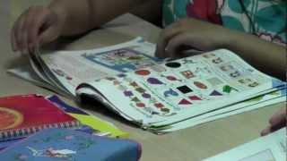 Дети листают учебники английского языка.mpg
