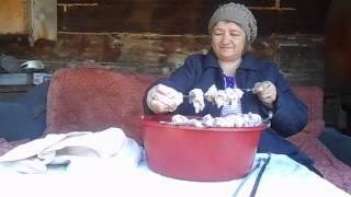 мать насаживает шашлыки на шампура