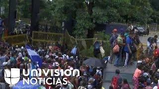 El momento en el que los migrantes de la caravana rompen la cerca en la frontera guatemalteca con Mé