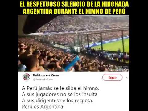EL RESPETUOSO SILENCIO DE LA HINCHADA ARGENTIA DURANTE EL HIMNO DE PERU