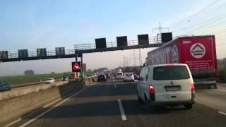 Blaulicht Einsatzfahrt Frankfurt Autobahn A5 im Stau Rettungsgasse