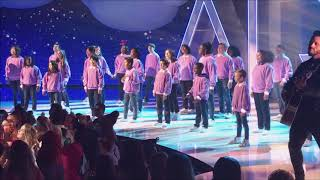Download Lagu Andy Grammer at the ARDYs singing Don t Give Up On Me with kids choir MP3