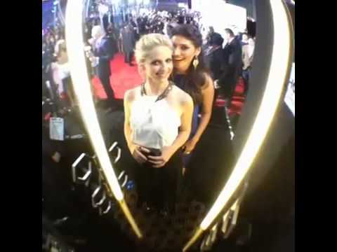 Peoples Choice Awards Sarah Michelle Amanda Setton Red Carpet Spin