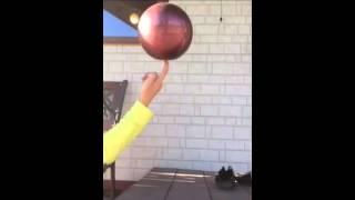 Крутим мяч на пальце|RG