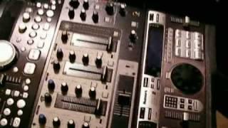 Gambar cover DJ Tip log - DJ Cases - SKB Mini Gig Rig with the Roto Roller - Numark DMC 2 - DENON mixer