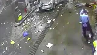 Auto explota en gasolinera mientras carga combustible