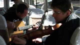 2013/2/24、東京から静岡に向かうバスで演奏をはじめるストーケロとティ...