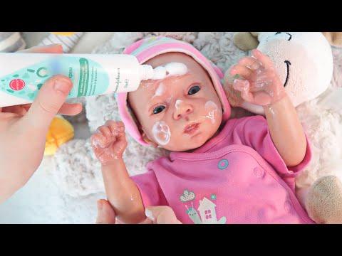 Играем как МАМА/Кукла Реборн Оля: смазываем ручки и личико детским кремом/Переодеваем в новую одежду
