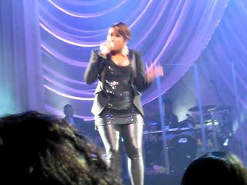 AMANDA ERWIN singing with JENNIFER HUDSON in CONCE...